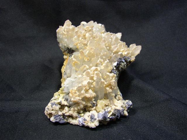 Křemen, Galenit, Kalcit (var. Manganokalcit), Pyrit, Pyrhotin